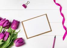Пустая бумага, фиолетовые тюльпаны и другие малые объекты Стоковое фото RF