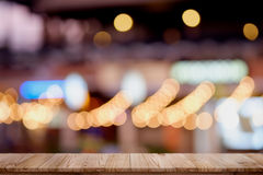 Пустая верхняя деревянная предпосылка ночи города таблицы и нерезкости Стоковая Фотография RF