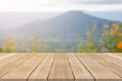 Пустая верхняя часть деревянного стола на запачканной предпосылке на mountian Стоковые Фото