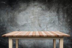 Пустая верхняя часть деревянных полки или счетчика на белом backgroun Стоковое фото RF