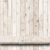 Пустая верхняя часть деревянных полки или счетчика на деревянной предпосылке Стоковая Фотография RF