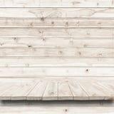 Пустая верхняя часть деревянных полки или счетчика на деревянной предпосылке Стоковое Изображение RF