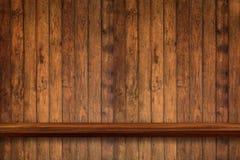 Пустая верхняя часть деревянных полок на предпосылке темной доски деревянной, для Стоковая Фотография