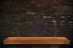 Пустая верхняя часть деревянных полок на предпосылке темной доски деревянной, для Стоковые Фотографии RF