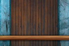 Пустая верхняя часть деревянных полок на предпосылке темной доски деревянной, для Стоковое фото RF