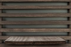 Пустая верхняя часть деревянных полок на предпосылке темной доски деревянной, для Стоковое Изображение