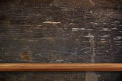 Пустая верхняя часть деревянных полок на предпосылке темной доски деревянной, для Стоковое Фото