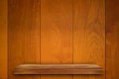 Пустая верхняя часть деревянных полок на предпосылке темной доски деревянной, для Стоковое Изображение RF
