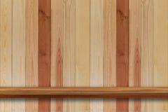 Пустая верхняя часть деревянных полок на предпосылке темной доски деревянной, для Стоковые Изображения RF