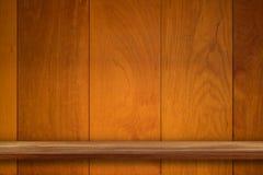Пустая верхняя часть деревянных полок на предпосылке темной доски деревянной, для Стоковые Фото