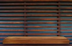 Пустая верхняя часть деревянных полок на предпосылке темной доски деревянной, для Стоковые Изображения