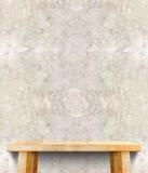 Пустая верхняя часть деревянного стола на бетонной стене, насмешка шаблона вверх для dis Стоковые Изображения RF