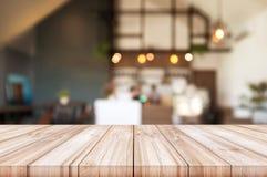 Пустая верхняя часть деревянного стола с запачканным backgro интерьера кофейни Стоковые Фотографии RF