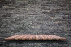 Пустая верхняя часть деревянных полки или счетчика изолированных на белом backgroun Стоковое Изображение RF