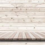 Пустая верхняя часть деревянных полки или счетчика на деревянной предпосылке Стоковые Изображения