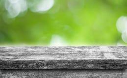 Пустая верхняя часть естественных деревянных изолированных полок запачкает предпосылку природы bokeh Стоковое фото RF