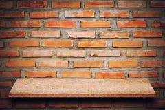 Пустая верхняя часть естественных каменных полок и предпосылки каменной стены Стоковое фото RF