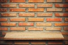 Пустая верхняя часть естественных каменных полок и предпосылки каменной стены Стоковые Изображения RF