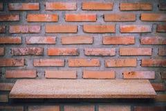 Пустая верхняя часть естественных каменных полок и предпосылки каменной стены Стоковое Изображение