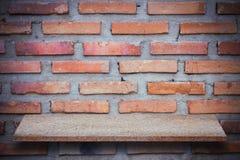 Пустая верхняя часть естественных каменных полок и предпосылки каменной стены Стоковые Фото