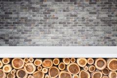 Пустая верхняя часть каменных таблицы или счетчика с кучей деревянного sto logon Стоковая Фотография RF