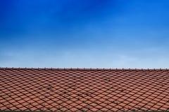 Пустая верхняя часть крыши с предпосылкой голубого неба стоковая фотография rf