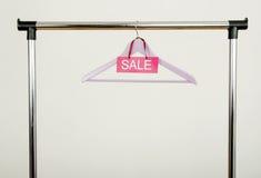 Пустая вешалка на шкафе одежд с знаком продажи Стоковая Фотография