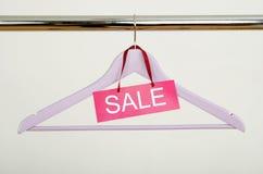 Пустая вешалка на шкафе одежд с знаком продажи Стоковые Изображения