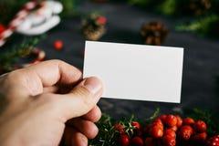 Пустая визитная карточка в руке на Новом Годе Стоковое Фото