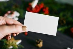 Пустая визитная карточка в руке на Новом Годе Стоковые Изображения RF