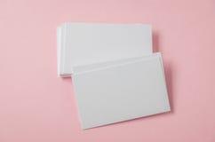 Пустая визитная карточка на розовой предпосылке Стоковые Фото