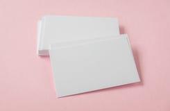 Пустая визитная карточка на розовой предпосылке Стоковые Изображения