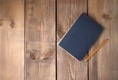 Пустая винтажная черная бумажная тетрадь с карандашем Стоковое Изображение RF
