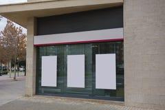Пустая витрина офиса с афишами смертной казни через повешение глумится вверх стоковые изображения rf