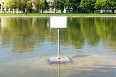 Пустая вода озера знак металла предупреждая пустую публику Copyspace переплюнет Стоковое Изображение RF