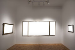 Пустая галерея с пустыми рамками стоковые изображения rf