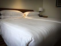 Пустая двойная кровать Стоковое Фото