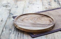 Пустая деревянная плита на деревянной таблице скопируйте космос Деревянная плита для еды или овоща служа к клиентам Стоковое Изображение RF