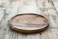 Пустая деревянная плита на деревянной таблице скопируйте космос Деревянная плита для еды или овоща служа к клиентам Стоковое фото RF