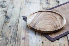Пустая деревянная плита на деревянной таблице скопируйте космос Стоковые Изображения RF