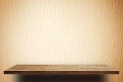 Пустая деревянная полка на стене цемента для дисплея продукта Стоковые Изображения