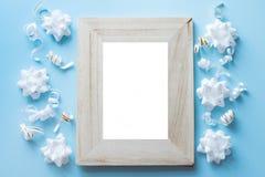 Пустая деревянная рамка фото с украшениями дня рождения на голубой предпосылке стоковые фотографии rf
