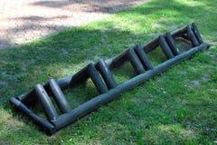 Пустая деревянная стойка велосипеда в парке Стоковое фото RF