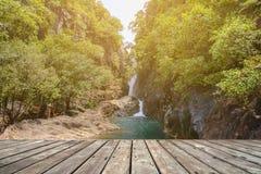 Пустая деревянная терраса с потоком в лесе стоковое фото rf