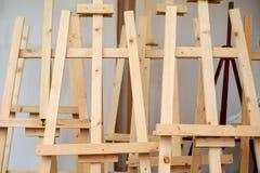Пустая деревянная тренога мольберта для холста картины стоковое изображение