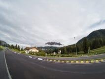 Пустая дорога асфальта в Италии Альпах с горой на предпосылке и облачном небе Доломиты стоковая фотография
