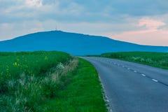Пустая дорога во время захода солнца Стоковые Фото