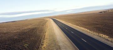 Пустая дорога для вида с воздуха автомобилей от верхней части вокруг зеленой природы Стоковое Изображение RF