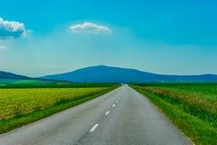 Пустая дорога к горам Стоковые Фото