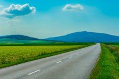 Пустая дорога к горам Стоковое Изображение RF
